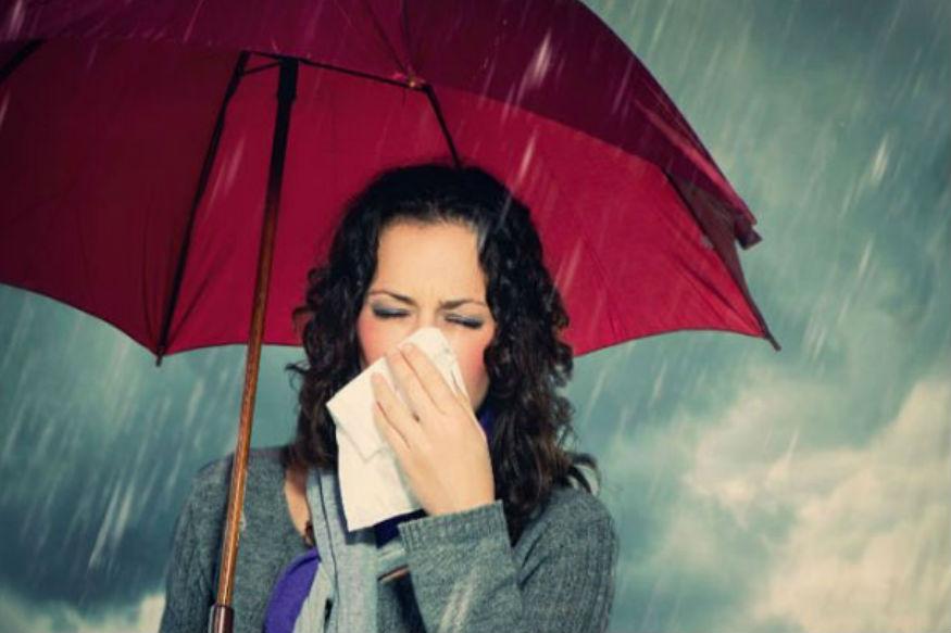 बारिश के मौसम में संक्रमण की सबसे ज्यादा आशंका होती है. नमी में बैक्टीरिया एवं विषाणुओं का जीवनकाल दूसरे मौसमों की अपेक्षा बढ़ जाता है. चूंकि ये ज्यादा समय तक जीवित रहते हैं इसलिए संक्रमित व्यक्ति के जरिए दूसरे स्वस्थ व्यक्ति में आसानी से पहुंच जाते हैं. संक्रमण से ग्रस्त मरीज दूसरे व्यक्ति से हाथ मिलाता या किसी ऐसी चीज को छूता है, जिसे दूसरे लोग भी इस्तेमाल करते हैं तो संक्रमण आसानी से फैलता है. इस मौसम में खाने पीने का खास ख्याल रखें. जानिए खाने से जुड़ी वे आदतें जो इस मौसम में जरूर फॉलो करनी चाहिए.