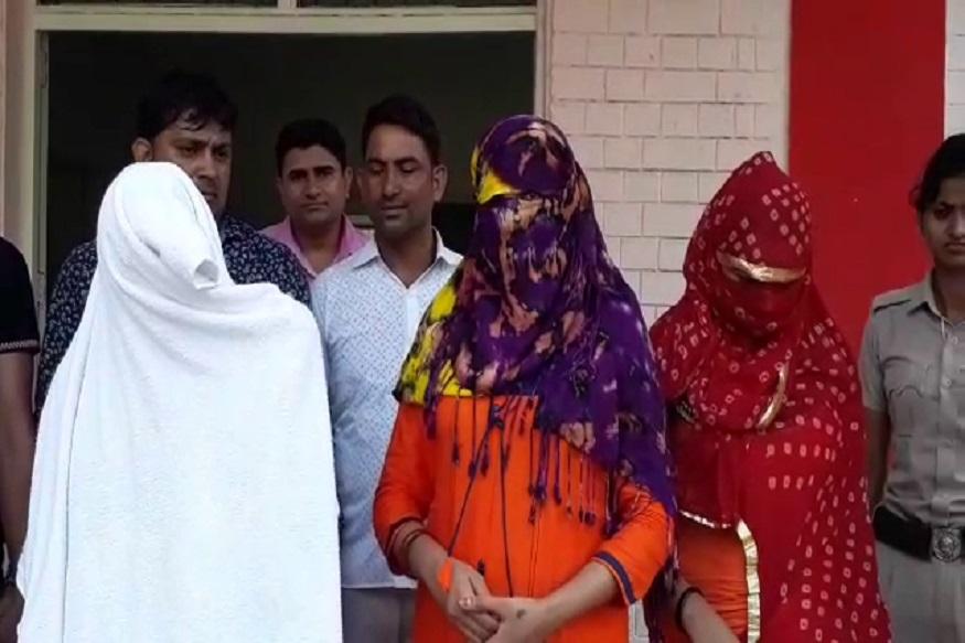 रेवाड़ी के पॉश ब्रास मार्केट में चल रहे स्पा सेंटर में पुलिस ने छापा मार सेक्स रैकेट का भंडाफोड़ किया है. स्पा सेंटर की आड़ में चल रहे सेक्स रैकेट की पुलिस को शिकायत मिल रही थी. पुलिस ने स्पा में छापा मारा और 3 युवतियों सहित कुल 5 लोगों को गिरफ्तार करने में सफलता हासिल की.