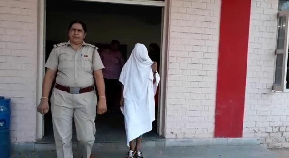 पकड़ी गई 3 युवतियों में एक स्पा सेंटर की मैनेजर है. मॉडल टाउन पुलिस ने आरोपियों के खिलाफ केस दर्ज कर कार्रवाई शुरू कर दी है.