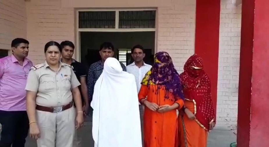 मुम्बई केजीएन के नाम से यह स्पा सेंटर कुछ दिनों पहले ही खुला था. स्पा सेंटर की संचालक मसाज पार्लर की आड़ में सेक्स रैकेट चला रही थी. सूचना के बाद पुलिस ने दबिश दी और एक युवक को लड़की के साथ आपत्तिजनक अवस्था मे काबू किया गया.