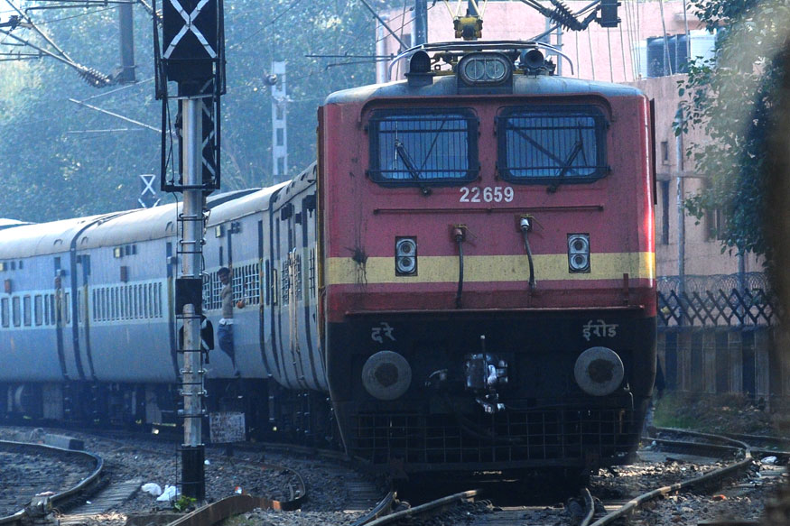 भारत में पढ़ने वाले विदेशी छात्रों को भी मिलता है जबरदस्त डिस्काउंट- अगर कोई छात्र विदेश का है और भारत में पढ़ता है तो रेलवे उसे कुछ नियमों के आधार पर जबरदस्त डिस्काउंट देता है. अगर ऐसा कोई छात्र भारत सरकार द्वारा आयोजित किसी कैंप या सेमिनार, या फिर कोई ऐतिहासिक, सांस्कृतिक यात्रा पर जाता है तो भारतीय रेलवे उसे सेकेंड और स्लीपर क्लास के टिकट पर भारतीय रेलवे उसे 50 प्रतिशत का डिस्काउंट देता है.