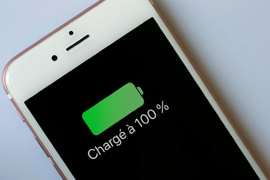 कई बार तो हमें पता ही नहीं होता है और हमारे फोन में कई ऐसे ऐप्स चल रहे होते हैं, जो बेवजह डेटा खर्च करते हैं. बैटरी भी जल्द डाउन कर देते हैं. ऐसे ऐप्स को अपने स्मार्टफोन से अनइंस्टॉल कर दें. या तो फिर फौरन फोन की सेटिंग बदल लें.