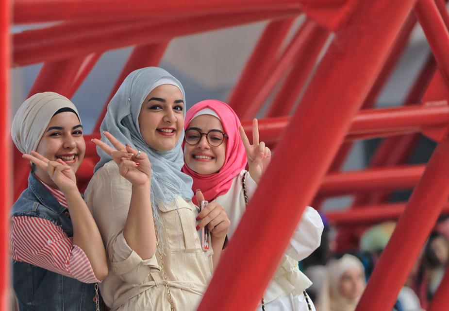 रोमानिया के बुखारेस्ट में ईद उल-अजहा का नमाज़ अदा करने से पहले विक्ट्री साइन दिखाती लड़कियां.