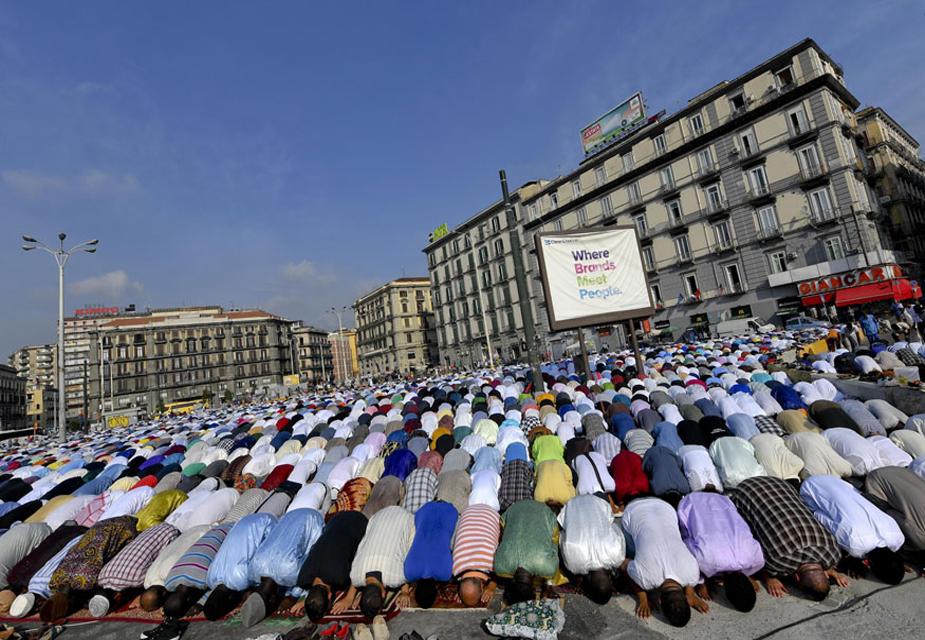 नेपल्स में ईद उल-अजहा का नमाज़ अदा करते मुस्लिम.