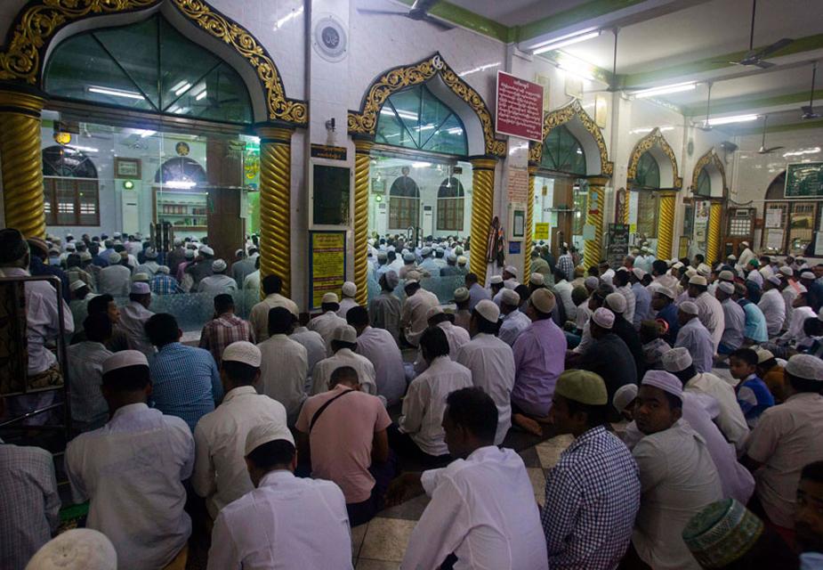 म्यांमार केरंगून स्थित एक मस्जिद की ये तस्वीर है जहां भारी संख्या में लोग ईद उल-अजहा का नमाज़ अदा करने के लिए इकट्ठा हुए.
