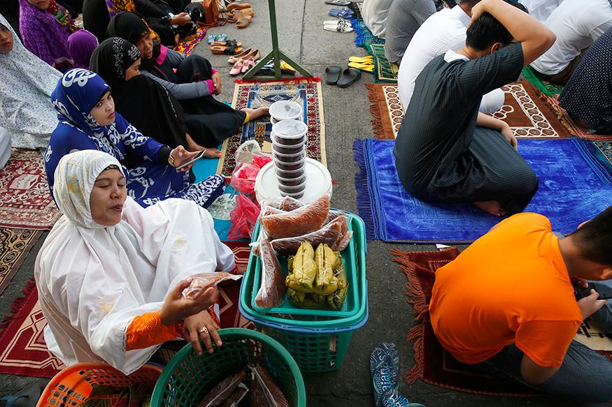 फिलिपींस में एक महिला ईद की खरीदारी के बीच.