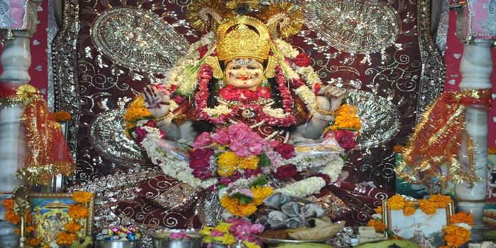यह मंदिर 400 वर्ष पुराना है. प्रसिद्ध तांत्रिक भवानी मिश्र ने करीब 400 वर्ष पहले इस मंदिर की स्थापना की थी. तब से आज तक इस मंदिर में उन्हीं के परिवार के सदस्य पुजारी बनते रहे हैं. तंत्र साधना से ही यहां माता की प्राण प्रतिष्ठा की गई है.
