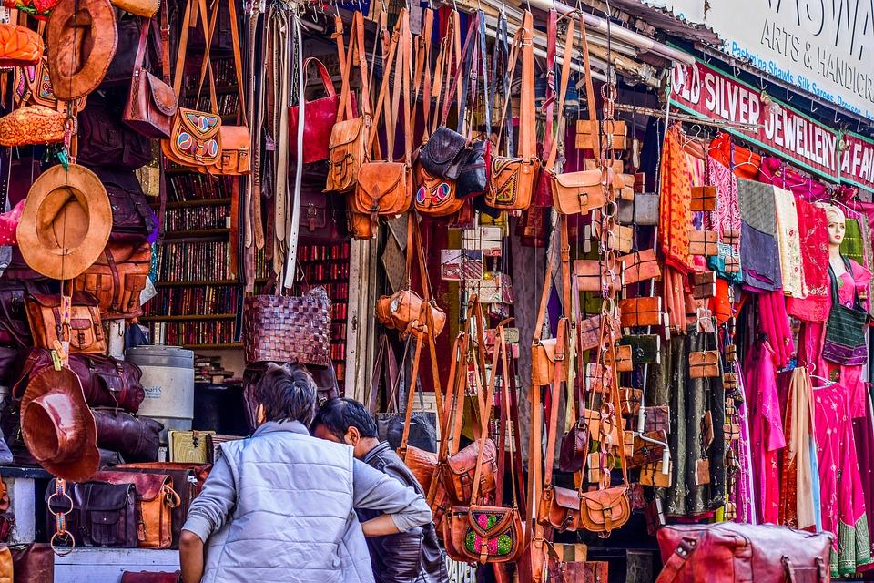 दिल्ली से उदयपुर तकरीबन 600 किलोमीटर है. यहां आप आने के लिए ट्रेन और बस से आ सकते हैं. हवाई मार्ग से भी आ सकते हैं. शॉपिंग के लिए भी यह एक बेस्ट टूरिस्ट प्लेस है. खान-पान का मजा भी आप ले सकते हैं. यहां राजस्थानी संस्कृति के रंग में ढलना आपको अच्छा लगेगा.