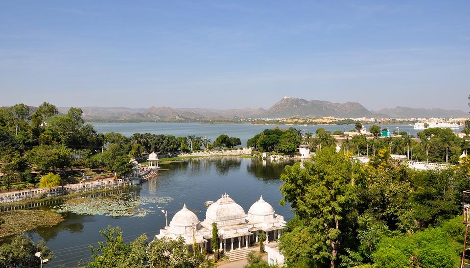 उदयपुर में लेक पैलेस देखने लायक है. ये पर्यटकों के पसंदिदा स्थलो में से एक है. इसके अलावा यहां गुलाब बाग,फतेह सिगर झील देखने लायक है<strong>. </strong>