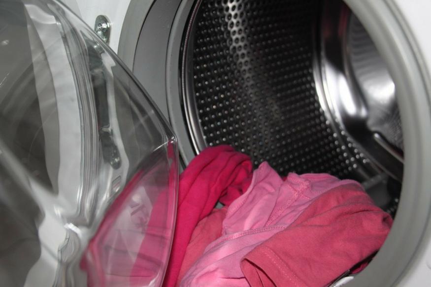 मानसून में कपड़ों से आने वाली बदबू अपने आप में एक परेशानी है. कपड़ों में बदबू हवा में मॉइश्चर होने की वजह से आती है. अगर आपके कपड़ो में भी बदबू आ रही है तो जानिए इससे कैसे निजात पाई जाए.