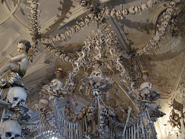ऐसा ही इंसानी हड्डियों से बना एक चर्च चेक गणराज्य में स्थित है. इस चर्च के सेडलेक ऑस्युअरी में करीब 40 हजार लोगों की हड्डियों को कलात्मक रूप से सजाया गया है.