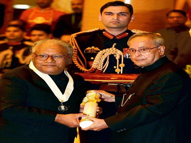 सीवी रमन, एम विश्वेश्वरय्या और एपीजे अब्दुल कलाम के बाद इस पुरस्कार से सम्मानित किये जाने वाले वे चौथे वैज्ञानिक हैं. बेंगलुरू के एक कन्नड़ परिवार में जन्मे राव की माता का नाम नागम्मा नागेश राव और पिता का नाम हनुमंत नागेश राव है. राव ने साल 1951 में मैसूर विश्वविद्यालय से स्नातक तथा दो वर्ष पश्चात काशी हिन्दू विश्वविद्यालय से स्नातकोत्तर की शिक्षा प्राप्त की. इन्होंने पर्ड्यू विश्वविद्यालय से साल 1958 में पीएचडी की उपाधि अर्जित की. मैसूर विश्वविद्यालय से ही साल 1961 में उन्होंने डीएससी की उपाधि प्राप्त की.