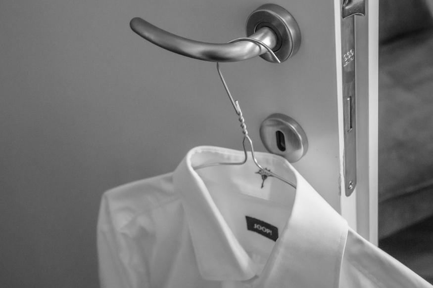 सूखी जगह पर कपड़े रखें- कपड़ों से गीलापन हटाने के लिए उन्हें सूखी जगह पर रखें. मॉनसून में अलमारियों में चॉक रख दें.