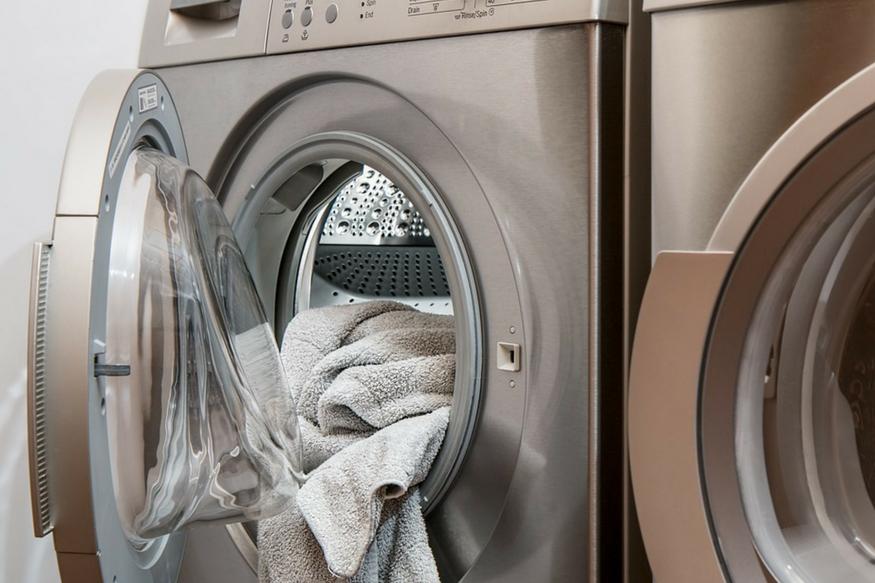 मशीन में कपड़े इकट्ठे न होने दें- ज्यादातर लोग गंदे कपड़ों को मशीन में इकट्ठा करते हैं. जब मशीन भर जाए तो धोते हैं. मानसून में यह आइडिया सिरदर्द है. ऐसा करने से कपड़ों से बदबू आती है.