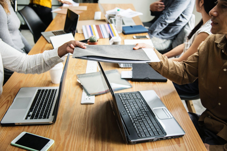 नेटवर्किंग के लिए प्लेटफॉर्म: काम से लंबा ब्रेक लेने पर अपने काम से जुड़े लोगों से नेटवर्क टूट जाता है, कम ही लोग हैं जो काम छोड़ने के बाद भी प्रोफेशनल नेटवर्किंग कर पाते हैं. प्रोफेशनल लोगों से दोबारा संपर्क और संबंध के लिए कई संस्थाएं वर्कशॉप चलाती हैं. इनका रजिस्ट्रेशन पहले से करवाना होता है और आमतौर पर इनका कोई शुल्क भी होता है. इसमें आपको अपनी प्रोफेशन से संबंधित एचआर हेड्स से मिलने का मौका मिलता है और आप खुद को ठीक से प्रेजेंट कर सकें तो नौकरी भी मिल सकती है.