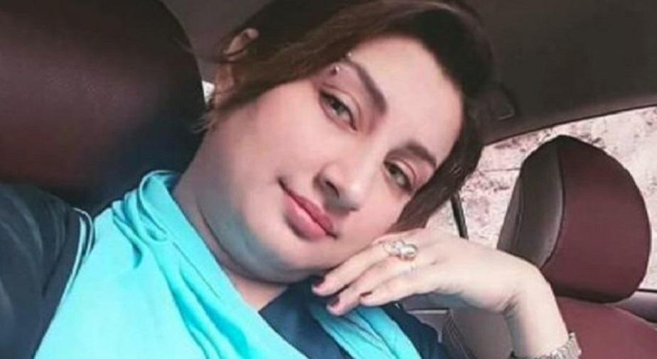 पिछले साल एक और पाकिस्तानी एक्ट्रेस किस्मत बेग की सरेआम हत्या कर दी गई थी. किस्मत एक कार्यक्रम में परफॉर्म करने के बाद जब घर लौट रही थी तब कुछ लोगों ने उसकी गाड़ी रोकी और सड़क पर ही उस पर गोलियां चलाकर वहां से फरार हो गए. इस वारदात में किस्मत बेग का बॉडीगार्ड भी ज़ख्मी हुआ था. पाकिस्तानी महिला कलाकारों को मारने की कहानियां और भी हैं. अगली कहानी है समीना की.