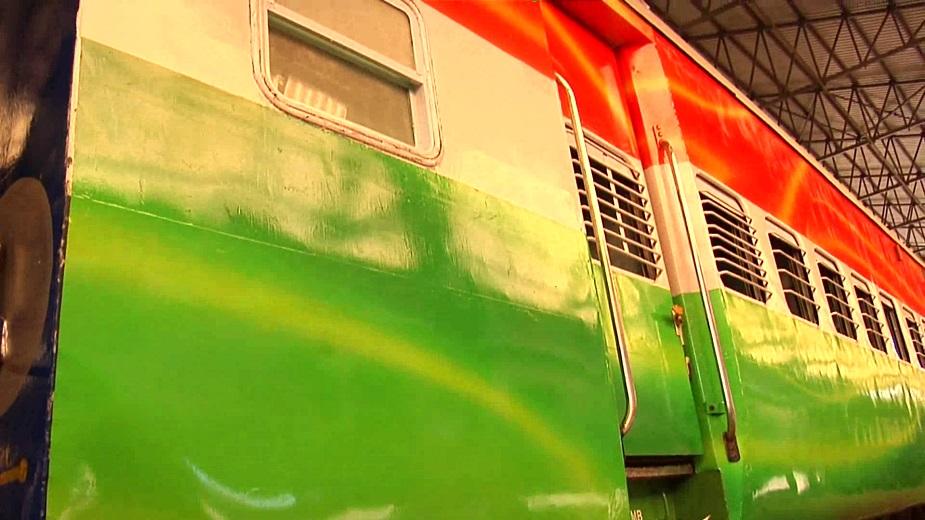यमुनानगर के जगाधरी रेलवे वर्कशाप में तैयार हो रही तिरंगा ट्रेन लोगो के अकर्षण का केंद्र बनने जा रही है. 15 दिन पहले यहां आई ट्रेन को लगभग 150 कर्मचारियों ने मिलकर इसे ऐसा तैयार कर दिया है कि अब इन्ही कर्मचारियों की खुशी का ठिकाना नहीं है, क्योंकि यह ट्रेन तैयार हो चुकी है.