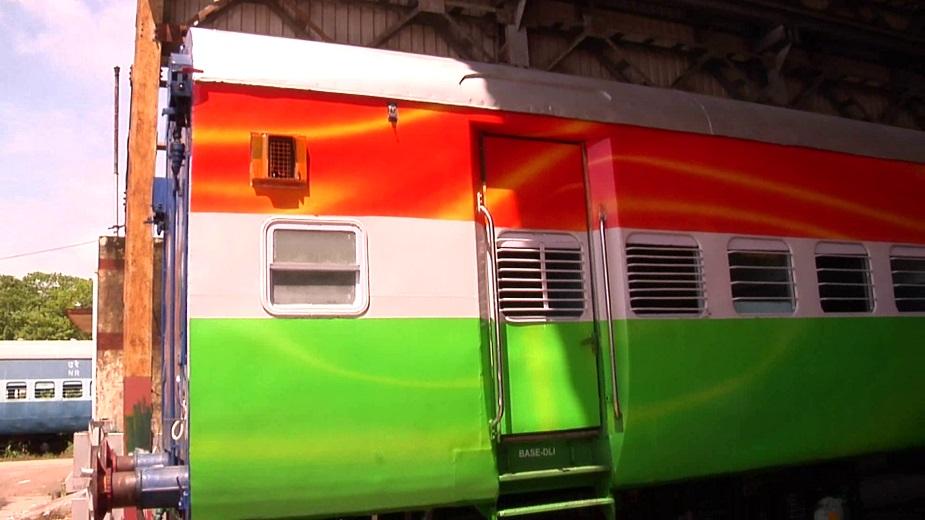 इस ट्रेन की खासियत तो यह है कि इसे तिरंगे की तरह सजाया गया है. हालांकि डिब्बों को साइडों से केसरिया सफेद और हरा रंग दिया है जबकि इन डिब्बे के बीच में नीला कर उसे चक्र का रूप दे दिया है और यह ट्रेन 15 अगस्त को दिल्ली से ट्रैक पर चलाई जाएगी.