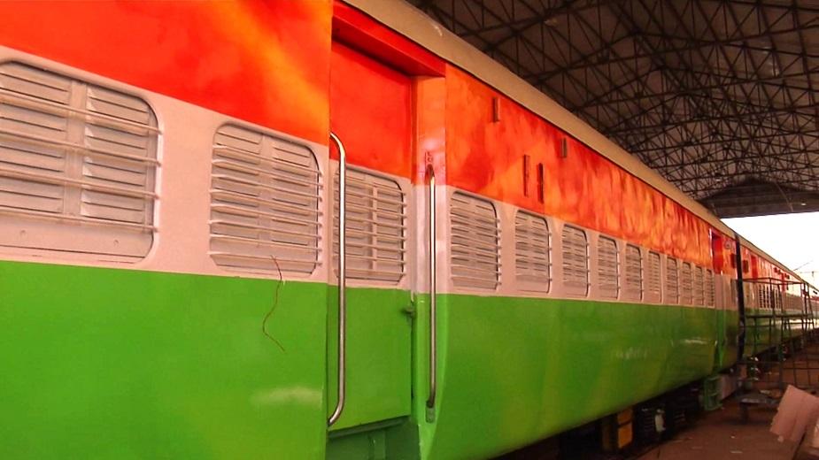 माना जा रहा है कि इस ट्रेन को देश के प्रधान मंत्री नरेंद्र मोदी हरी झंडी दे सकते हैं. इस ट्रेन की खासियत यह है कि इसे पेंट से नहीं बल्कि ऐसे पेपर से तैयार किया है जो चलती ट्रेन में बाहर से ऐसा प्रतीत होगा कि तिरंगा हवा में लहरा रहा है.