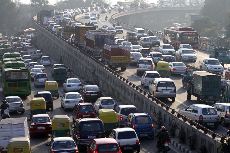 केंद्रीय परिवहन मंत्रालय अक्टूबर में दिल्ली और एनसीआर में कारों में एक बदलाव करने जा रहा है. यह बदलाव यह बताएगा कि सड़कों पर चलने वाली कार कार डीजल से चल रही है, पेट्रोल से चल रही है या सीएनजी से. कुल मिलाकर सरकार की इस पहल से यह पता चल सकेगा कि वाहनों में किस तरह के ईंधन का इस्तेमाल किया जा रहा है. खास बात यह है कि सुप्रीम कोर्ट ने भी सरकार की ओर से प्रदूषण रोकने के तरह किए गए इन उपायों को स्वीकार किया है. आइए जानते हैं यदि आप दिल्ली में हैं तो आपकी कार में किस तरह के बदलाव होने जा रहे हैं.