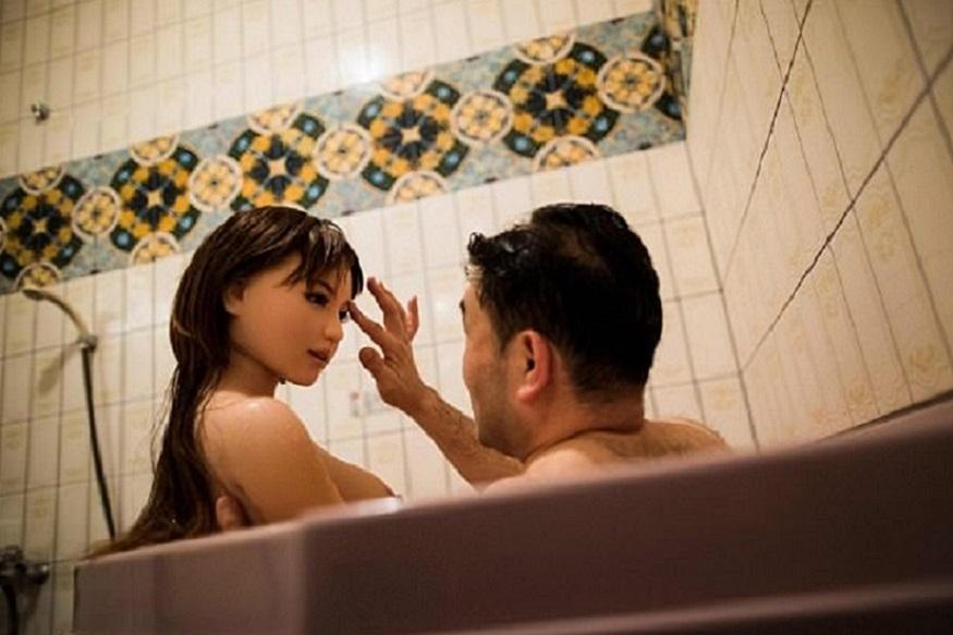 उम्रदराज लोगों की बढ़ती संख्या, घटते बर्थरेट, लड़कों के मुकाबले लड़कियों की कम संख्या और एकाकीपन ने जापान में मुश्किलें खड़ी कर दी हैं. जापान के पुरुष इस अकेलेपन से परेशान हैं. हालांकि उन्होंने इससे निपटने का एक नया तरीका ढूंढ निकाला है. जापान के पुरुष आर्टिफिशियल टेक्नोलॉजी वाली सिलिकॉन से बनी रोबोट सेक्स डॉल्स को अपना जीवनसाथी बना रहे हैं. इन डॉल्स के साथ उनकी दिनचर्या ठीक वैसे ही गुजर रही है, जैसे किसी असल जीवनसाथी के साथ गुजरती है. कुछ ऐसी ही कहानी जापान के मासायुकी ओजाकी की है. आइए जानते हैं मासायुकी की कहानी...