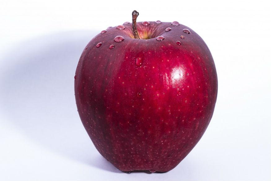 1. अगर आपको स्वस्थ और सफेद दांत की आशा है तो आपको रोज़ाना एक सेब खाना चाहिए.