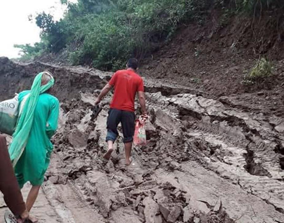 हिमाचल प्रदेश के औद्योगिक क्षेत्र नालागढ़ के पहाड़ी क्षेत्र राम शहर में एक बार फिर भूस्खलन हुआ है. बीती रात से हो रही तेज बारिश एक बार फिर कहर बनकर बरसी है.