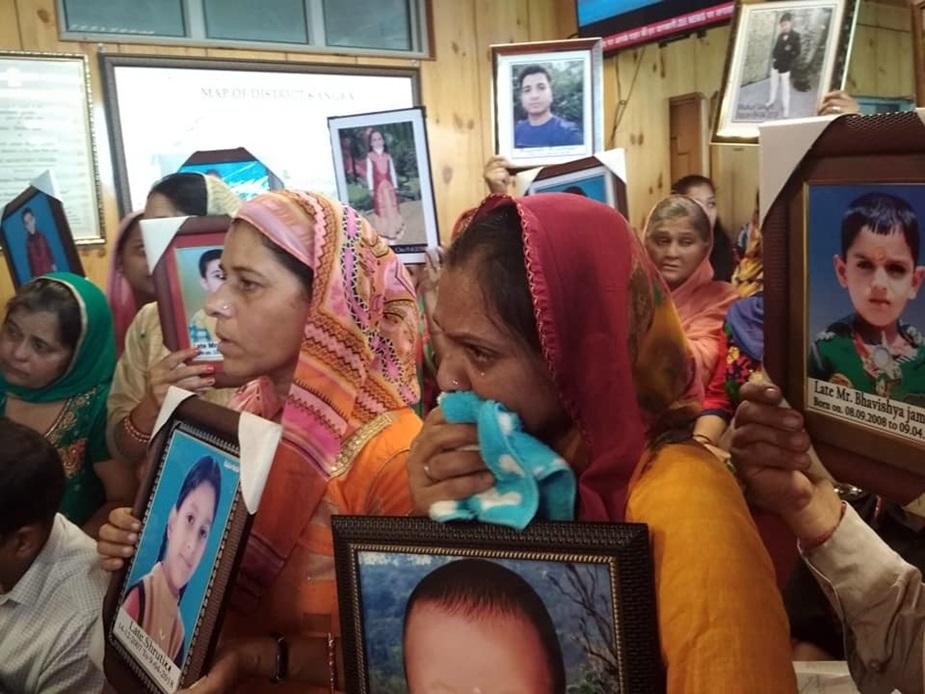 यहां नूरपुर में एक निजी स्कूल की बस खाई में गिरने से 24 मासूमों समेत कुल 28 लोगों की मौत हो गई. इन मासूमों के परिजन अब न्याय के लिए सीएम और स्थानीय प्रशासन से गुहार लगा रहे हैं. सोमवार को बच्चों के परिजन नाक रगड़ते और दंडवत होकर कांगड़ा के डीसी के ऑफिस पहुंचे और न्याय मांगा.