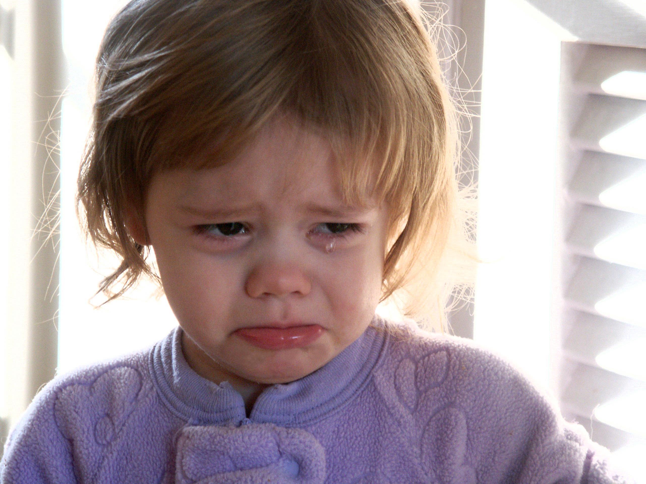 रोते हुए बच्चे का ध्यान कहीं और लगाएं. आस-पास की किसी चीज़ को दिखाकर उनका ध्यान बटाएं.
