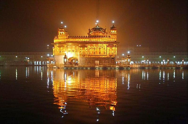 5- अमृतसर- अगर किसी धार्मिक लेकिन ख़ूबसूरत जगह घूमने का मन है तो अमृतसर घूम आइए.