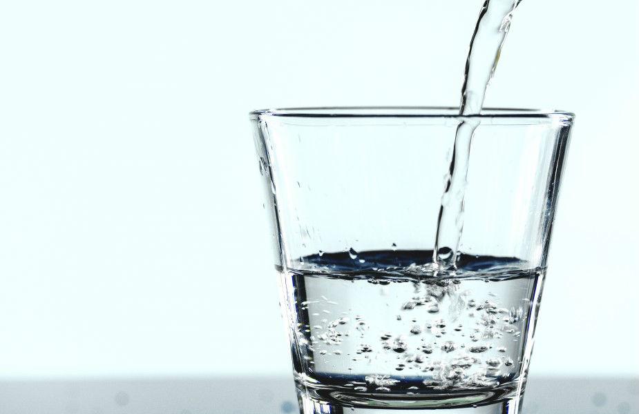 अगर स्किन पर रैशेज पड़ गए हैं या त्वचा सिकुड़ रही है तो रोज सुबह गुनगुना पानी पीएं. गुनगुना पानी पीने से आपकी स्कीन ग्लो करने लगेगी.
