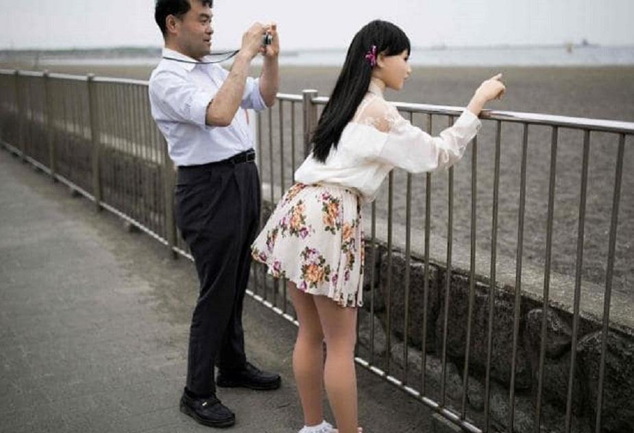 62 साल के सेनजी नाकाजीमा के पास भी रोबोट सेक्स डॉल है. उनका कहना है कि इंसानों की मांगें बहुत ज्यादा रहती हैं, जबकि ये डॉल्स आपसे कुछ डिमांड नहीं करतीं. उन्होंने सिलिकॉन से बनी अपनी डॉल का नाम सओरी रखा है. नाकाजीमा ने अपनी दीवार पर सओरी के साथ खिंचाया गया फोटो भी लगा रखा है.