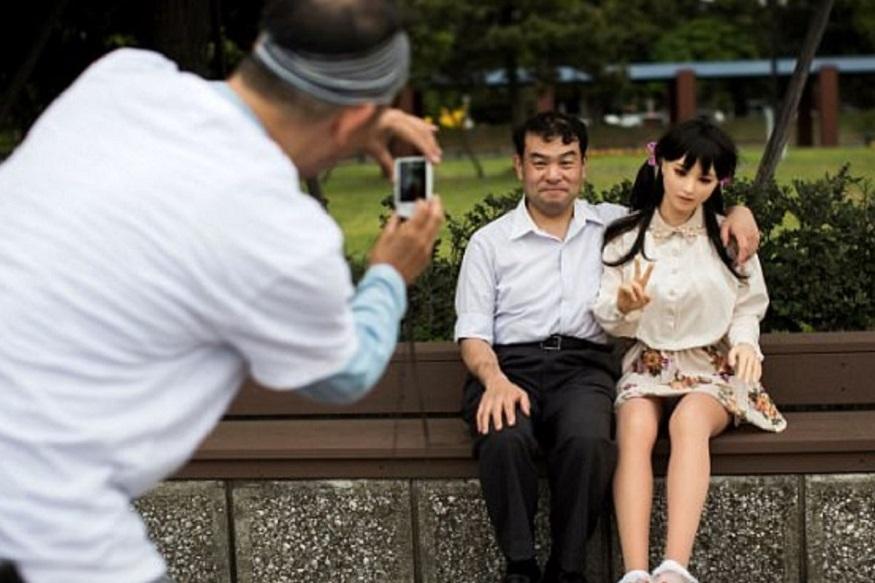 नाकाजीमा का कहना है कि उन्हें इस सेक्स डॉल में सच्चा प्यार मिला है. वह कहते हैं, 'मैं इसे किसी भी सूरत में गंवाना नहीं चाहता और मैं इस डॉल के साथ ही रहना चाहता हूं.'