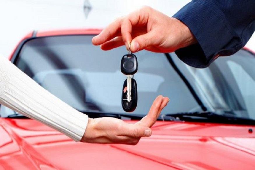 कार की खरीदारी एक अहम फैसला है और सभी खरीदारों के लिए यह उनके जीवन में मील का पत्थर होता है. कई ग्राहक कार खरीदने से पहले पूरी तरह से शोध करते हैं जो सभी जरूरतों पर खरा उतरे साथ ही उसकी लागत भी कम हो. इसके अलावा ग्राहक उन डीलरों का भी पता लगाते हैं, जो उनकी पसंदीदा मॉडल पर फ्रीबीज के साथ अधिकतम छूट भी दे रहा हो. आइए आपको बताते हैं वो तरीका जिससे आप अपनी कार ना केवल लागत कम कर सकते हैं बल्कि उस पर 10 से 15 हजार रुपए बचा भी सकते हैं. (Image source: File Photo.)
