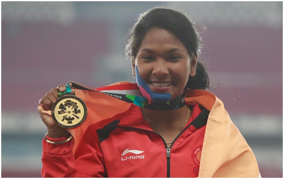 स्वप्ना बर्मन ने महिलाओं की हेप्टाथलान में अपने वर्चस्व दिखाते हुए स्वर्णिम चमक बिखेरी. स्वप्ना ने कुल सात स्पर्धा के बाद 6026 अंकों के साथ स्वर्ण पदक पर कब्जा जमाया. उन्होंने 100 मीटर रेस में हीट-2 में 981 अंक, गोला फेंक में 707 अंक, 200 मीटर रेस में 790 अंक, लंबी कूद में 865 अंक व भाला फेंक में 872 अंक लिए. स्वप्ना पहली भारतीय महिला हैं जिन्होंने हेप्टाथलान में स्वर्ण पदक जीता है.