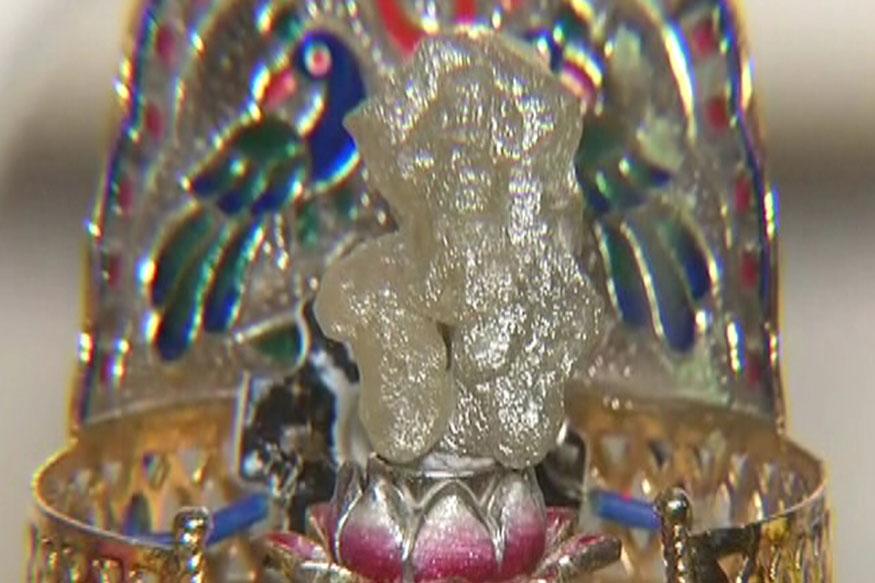 डायमंड व्यापारी राजेश पानवाला की मानें तो यह हीरा अफ्रीका के कांगो के म्यूजियम में खदान से प्राप्त हुआ था. इस हीरे को इंडियन डायमंड इंस्टिट्यूट ने प्रमाणित किया है और इस का वजन 27.7 किलोग्राम है. यह अपने कुदरती रूप में है. इसे कोई कृत्रिम आकार नहीं दिया गया है. इस मूर्ति को पहली बार दर्शन के लिए रखा गया है.