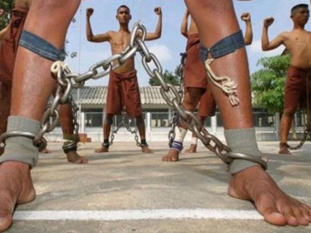 बेंगवांग जेल, थाइलैंड- थाईलैंड कि इस जेल के बारे में कहा जाता है कि यहां कैदियों को टॉर्चर करने के लिए केमिकल का इस्तेमाल किया जाता है. बताया जाता है कि मृत्युदंड पाए कैदियों को जेल में लोहे की जंजीरों से बांधा जाता है. कुछ समय पहले तक यहां मृत्युदंड देने के लिए मुजरिम का सिर भी काटा जाता था. (Image Source- You tube).