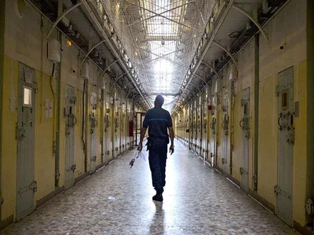 ला सांते जेल, फ्रांस- फ्रांस की राजधानी पेरिस से थोड़ी दूरी पर स्थित ये जेल 'सुसाइड सेल' के नाम से भी मशहूर है. इस जेल की शुरुवात से ही यहां कैदियों के आत्महत्याओं की ख़बरें आती थीं, जो बताने के लिए काफी थीं कि यहां उनको किस तरह तड़पाया जाता होगा. साल 1999 में 100 से ज़्यादा कैदियों ने जेल में आत्महत्या कर ली थी. इन आत्महत्याओं के कारण कुछ लोग ये भी कहते हैं कि जेल में भूत-प्रेत का साया है. (Image source- You tube)