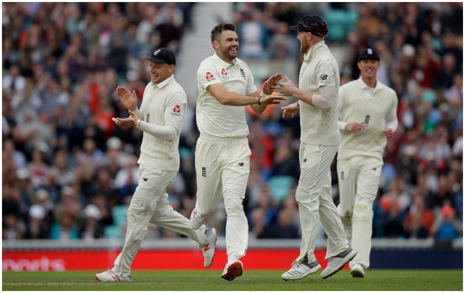 इंग्लैंड के तेज गेंदबाज़ जेम्स एंडरसन ने भारत के खिलाफ अब तक 25.98 के औसत से 107 विकेट लिए हैं, जो कि रिकॉर्ड है. इससे पहले यह रिकॉर्ड मुरलीधरन के नाम था. एंडरसन भारत के खिलाफ 27वां टेस्ट खेल रहे हैं.
