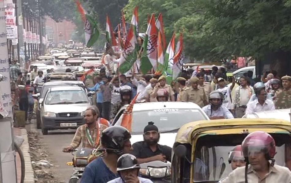 जयपुर में बंद के दौरान परकोटे में कांग्रेस कार्यकर्ताओं की ओर निकाली गई रैलियों के कारण कई जगह यातयात जाम के हालात भी बने. परकोटे में परेशान होते लोग.