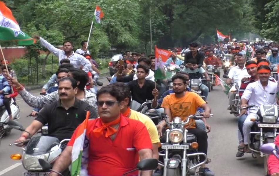 कोटा में रैली निकालते कांग्रेस कार्यकर्ता.