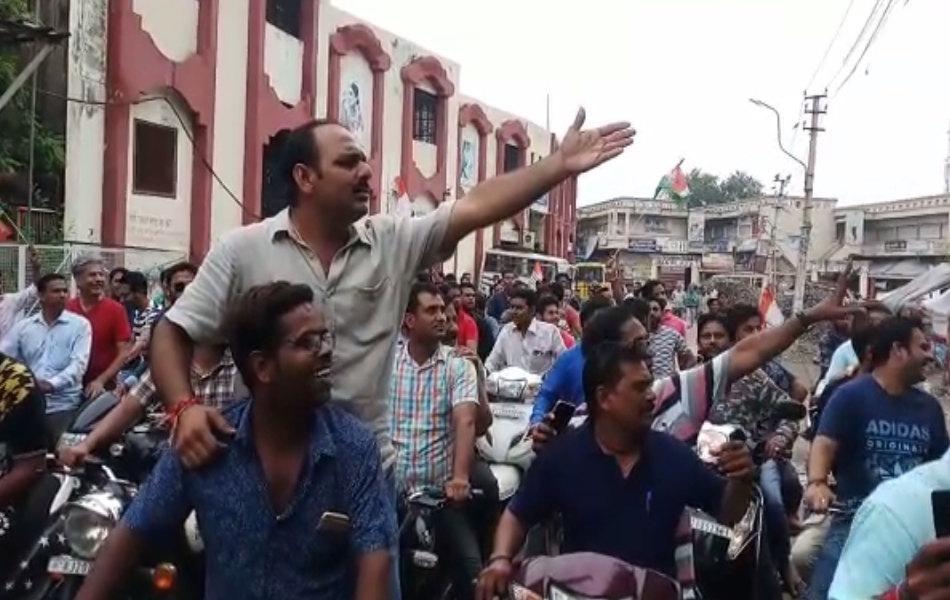 कोटा में दुकान खुली देखकर कांग्रेस कार्यकर्ता भड़क उठे और व्यापारियों से दुकान बंद करने को कहा.
