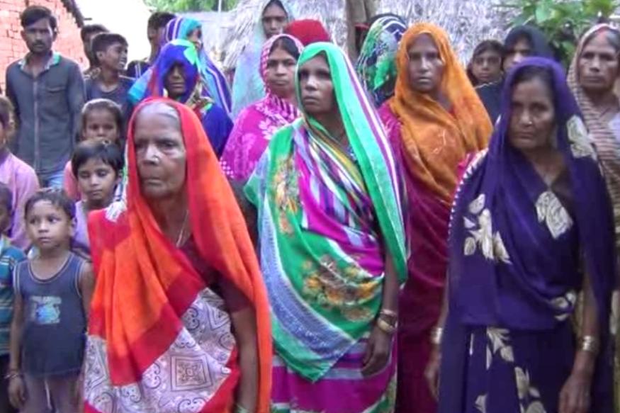 उत्तर प्रदेश के प्रतापगढ़ जिले में आजादी के 70 साल बाद भी ऐसे कई गांव और मजरे हैं, जहां बिजली नहीं पहुंच सकी है. ऐसा नहीं है कि लोगों ने बिजली के लिए कोशिश नहीं की, लेकिन नेताओं और जिला प्रशासन की बेरुखी के आगे सब बेकार ही गई. प्रतापगढ़ मुख्यालय से महज 3 किलोमीटर दूर नगर कोतवाली के ग्राम सभा कदीपुर को ही ले लीजिए. इसकी दलित बस्ती हाकिम का पुरवा में बिजली नहीं है. Photo: News 18