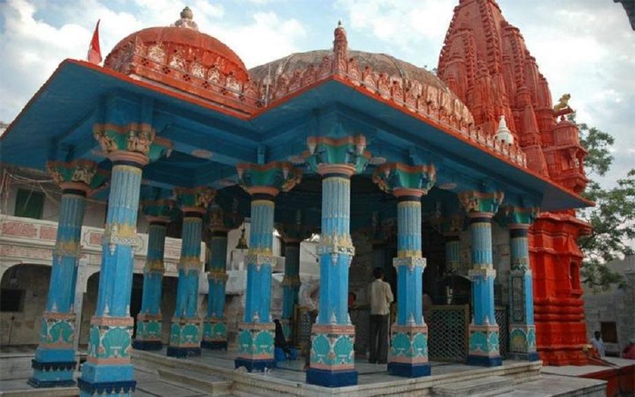 """<strong>ब्रह्मा मंदिर, पुष्कर</strong><br />14 वीं शताब्दी में बना ये ब्रह्मा का ये मंदिर शादीशुदा पुरुषों को प्रवेश की अनुमति नहीं देता. ये दुनिया में ब्रह्मा का अकेला मंदिर है.<br />पुराणों का सुझाव है कि भगवान ब्रह्मा ने पुष्कर झील में पत्नी देवी सरस्वती के साथ एक यज्ञ किया था. लेकिन सरस्वती किसी बात के लिए नाराज हो गईं. तब उन्होंने मंदिर को शाप दिया कि """"किसी विवाहित व्यक्ति को आंतरिक परकोटे में जाने की इजाजत नहीं है अन्यथा उसके वैवाहिक जीवन में एक समस्या उत्पन्न होगी."""" यही कारण है कि कुंवारे पुरुष तो मंदिर में जा सकते हैं लेकिन विवाहित पुरुषों का प्रवेश वर्जित है."""