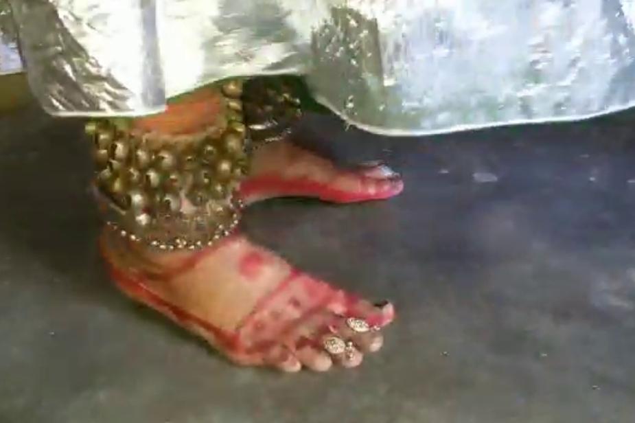जब रविंद्र कृष्ण की भक्ति में भाव विभोर होकर मंदिरों में नाचते झूमते हैं तो मंदिर परिसर में मौजूद लोग आश्चर्यचकित हो जाते हैं और इस अनोखी राधा की भक्ति के आगे नतमस्तक भी. Photo: News 18