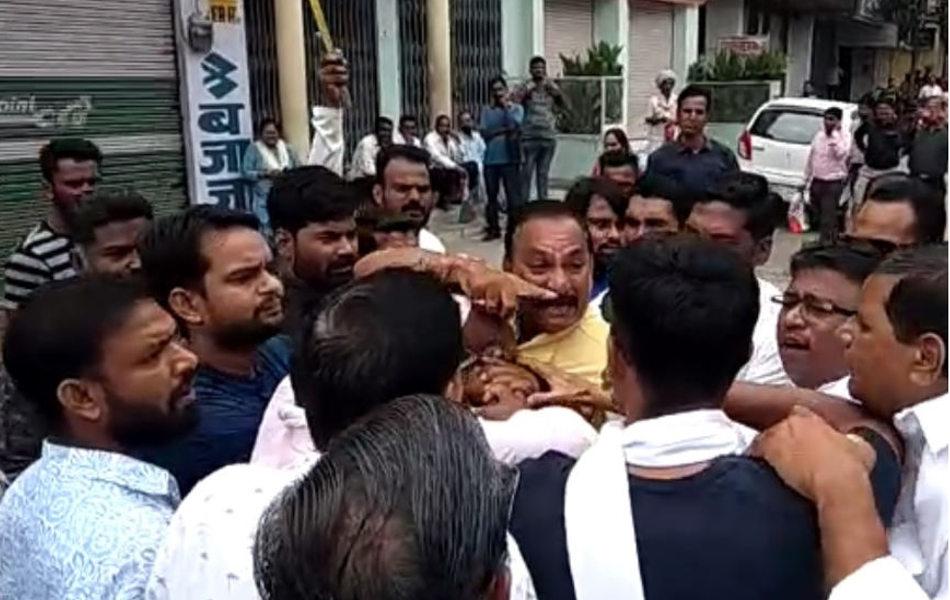 राजसमंद में बंद के दौरान कांग्रेस कार्यकर्ता खुद ही आपस में उलझ पड़े.