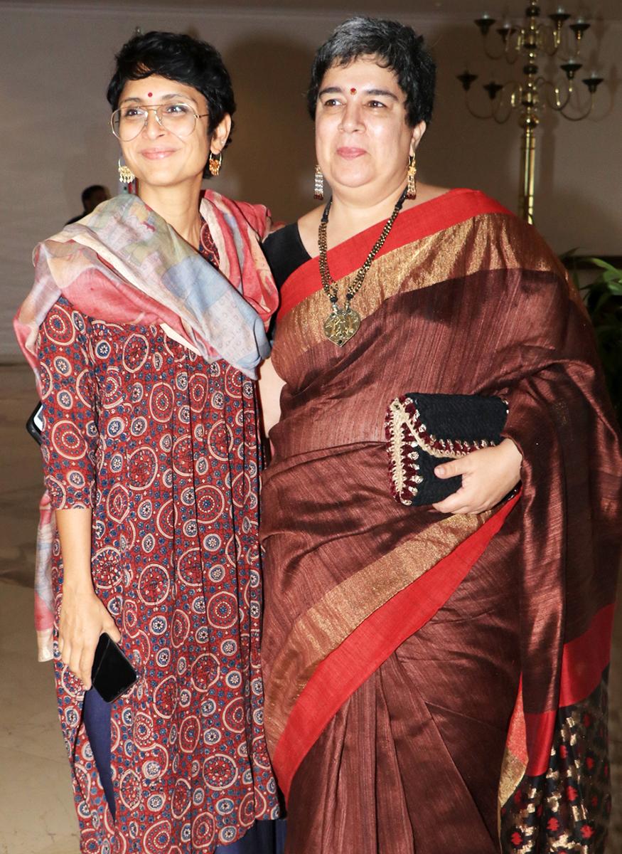 साल 2002 में आमिर और रीना का तलाक़ हो गया. तलाक़ के बाद आमिर ने किरण राव से शादी की. लेकिन अभी भी आमिर के रीना के साथ दोस्ताना रिश्ते हैं. यह तस्वीर इसी साल जनवरी में पानी फाउंडेशन की प्रेस कांफ्रेंस के दौरान आयोजित कार्यक्रम की है. जब आमिर की पत्नी किरण राव उनकी पहली पत्नी रीना दत्ता के साथ नजर आईं.