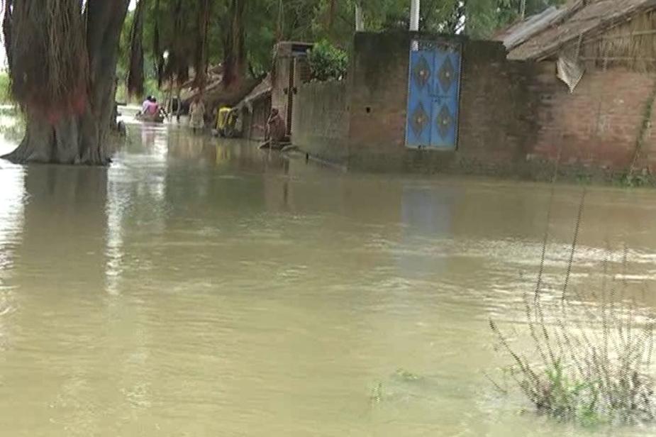 बाढ़ के पानी के चलते कई गांव खाली हो चुके हैं. इक्का-दुक्का लोग ही जान हथेली पर रखकर यहां रुके हैं. Photo: News 18