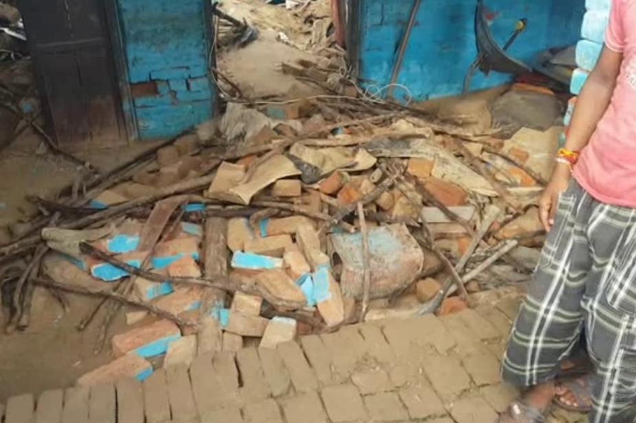 इस बीच एटा से बुरी खबर आई. यहां भारी बारिश के कारण एक मकान ढह गया, जिसमें 7 लोग दब गए. हादसे में एक बच्चे की जान चली गई. Photo: News 18
