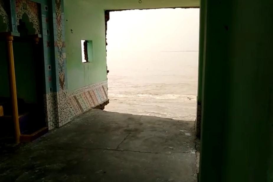 बाराबंकी में घाघरा की चपेट में आई मस्जिद के अंदर से खींची गई तस्वीर. जो घाघरा के विकराल रूप को दर्शा रही है. Photo: News 18